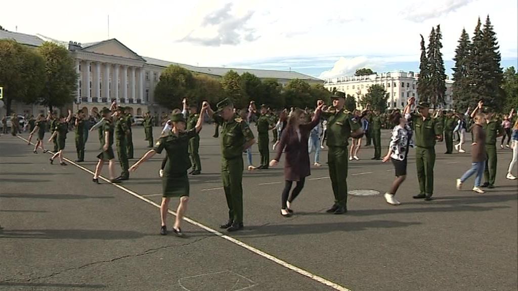 Будущие лейтенанты отрепетировали получение дипломов на Советской площади