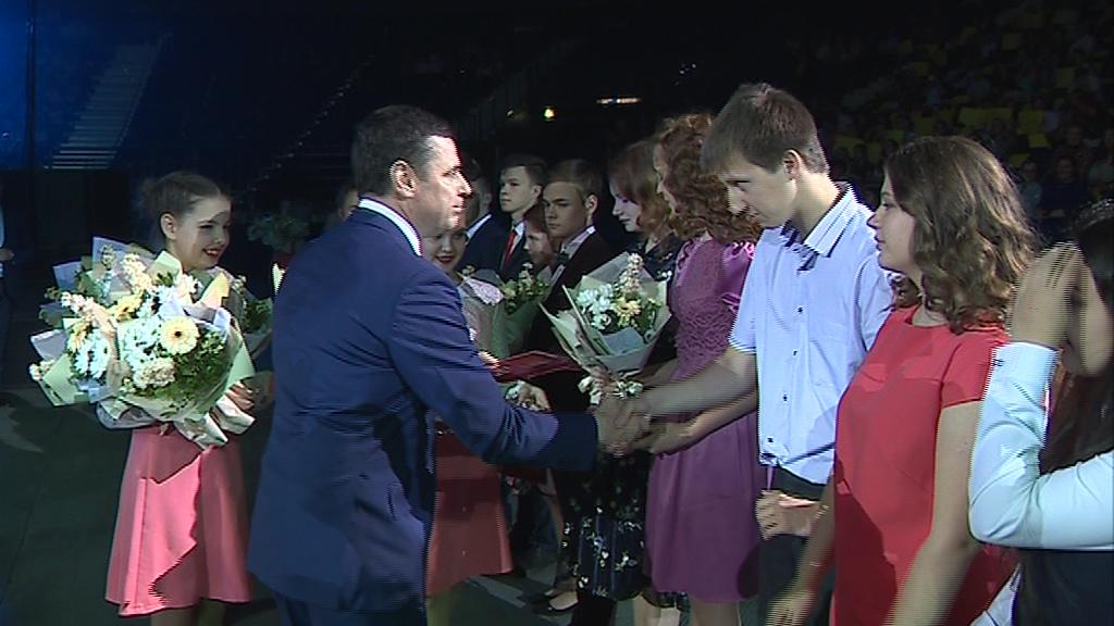 Выпускники области собрались в «Арене 2000» на губернаторском балу