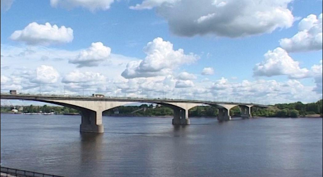 На Октябрьском мосту перекрыли одну полосу