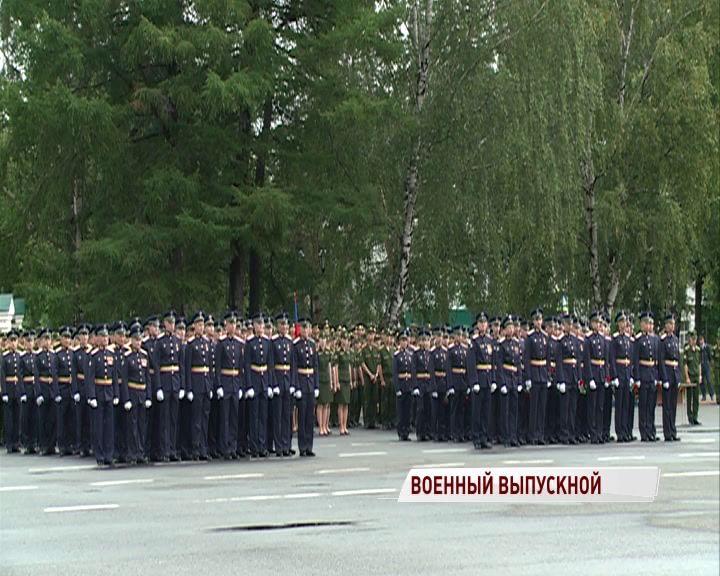 Более 500 курсантов получили свои первые офицерские звания на Советской площади