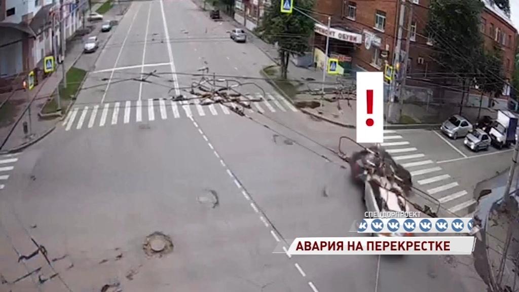 В Рыбинске водитель «Ауди» вылетел на красный и протаранил «Рено»