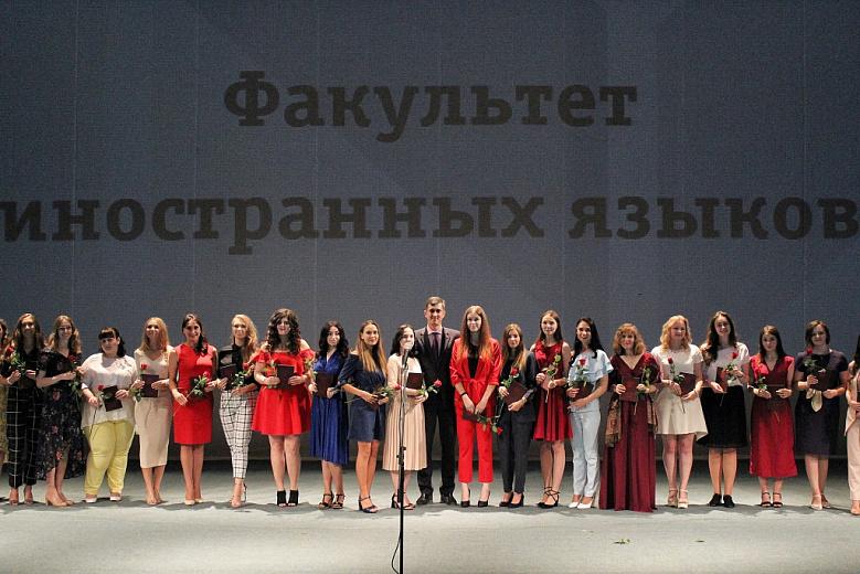 Студенты-отличники получили дипломы в ТЮЗе