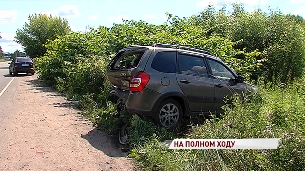 Отвлеклась от дороги: в Ярославле автоледи протаранила припаркованный на обочине авто