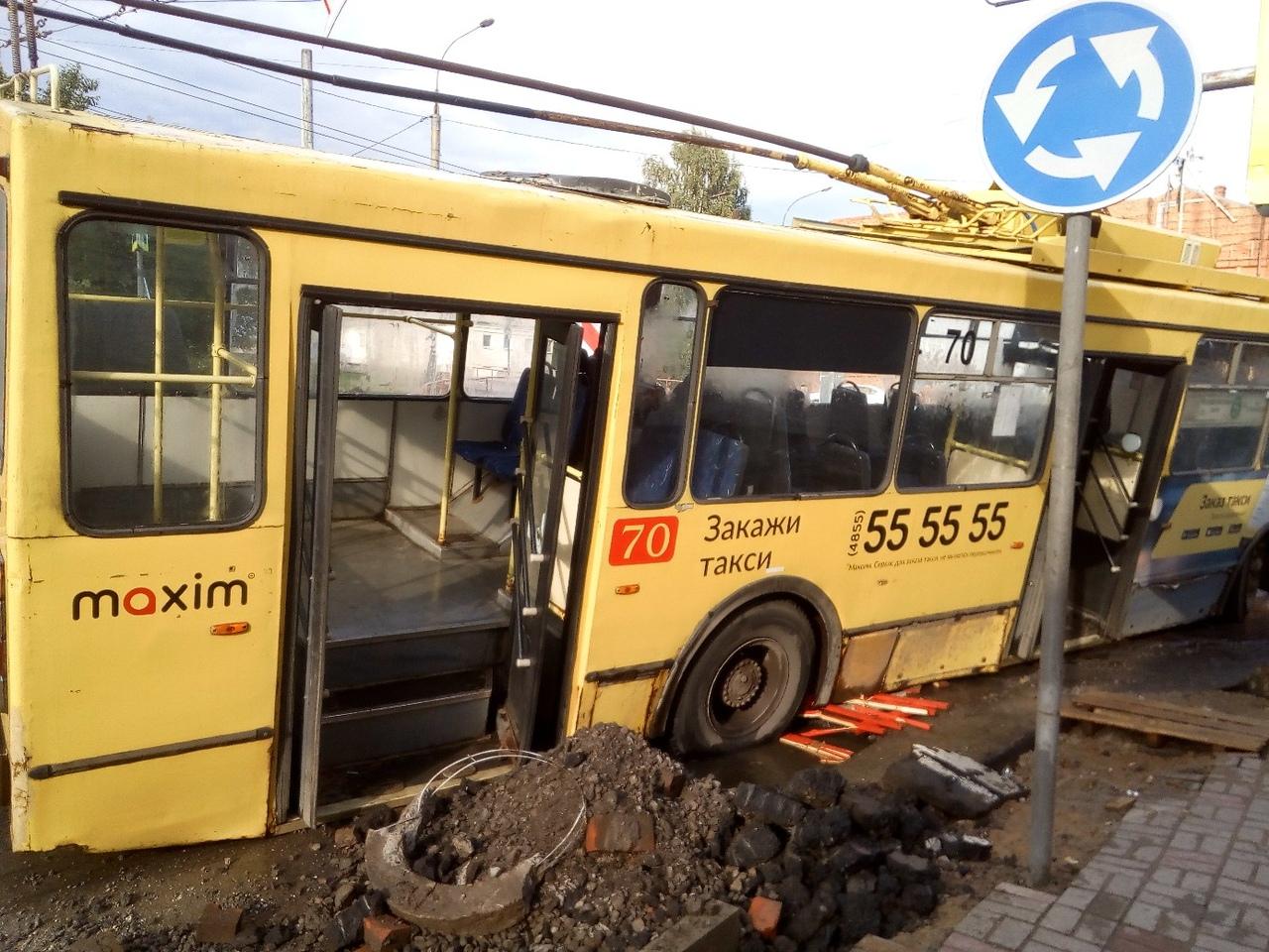 В Рыбинске троллейбус провалился в большую яму в центре города