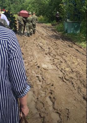 Дожди размыли дорогу на кладбище в Селифонтово