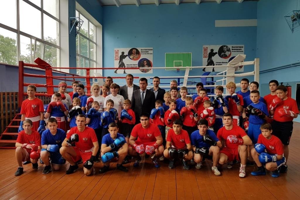 Дмитрий Миронов посетил новую школу бокса в поселке Ярославка