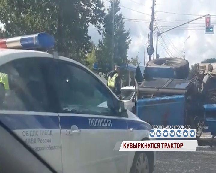 На Магистральной в Ярославле перевернулся трактор