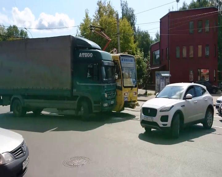На Пятерке не смогли разъехаться трамвай и грузовик