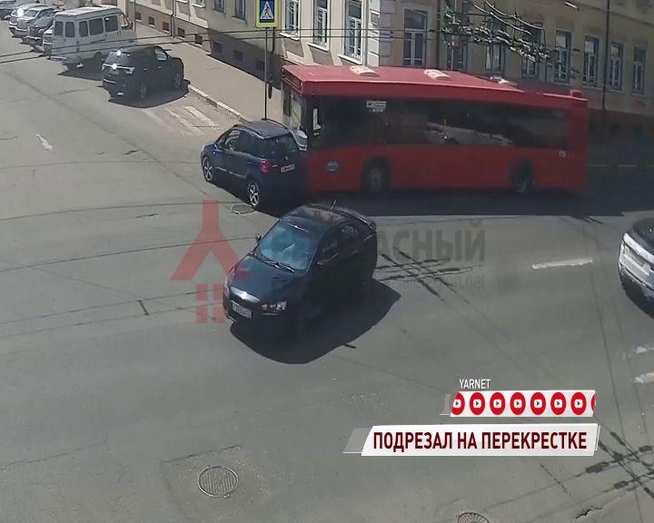В Ярославле автобус протаранил лихача на «Шкоде»