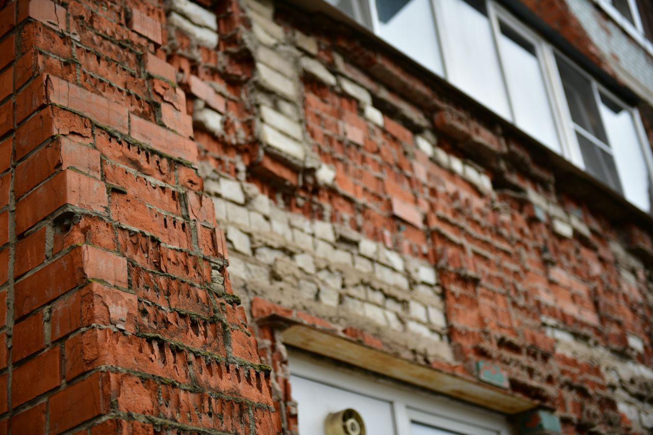 Администрация уговаривает жителей сделать капремонт осыпающегося фасада