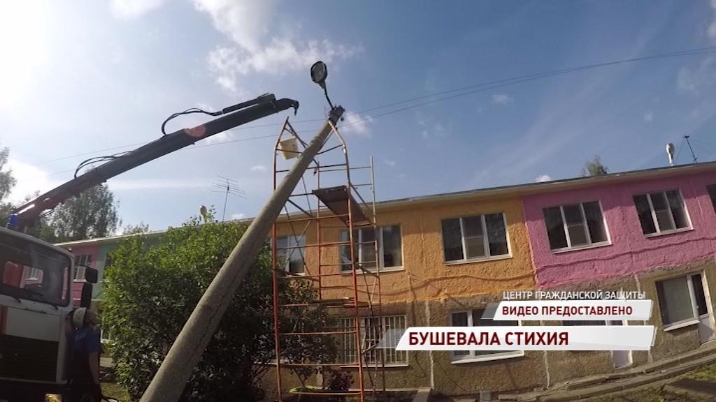 Немного ветрено: в Ярославле на детский сад едва не обрушился тяжелый бетонный столб