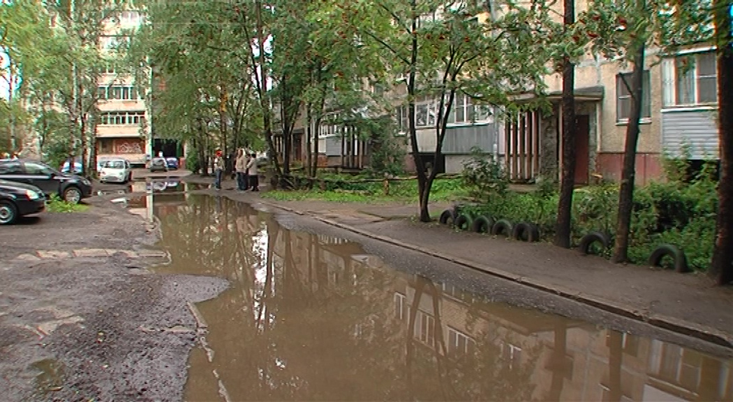 Жильцы дома по улице Туманова жалуются на гигантскую лужу во дворе