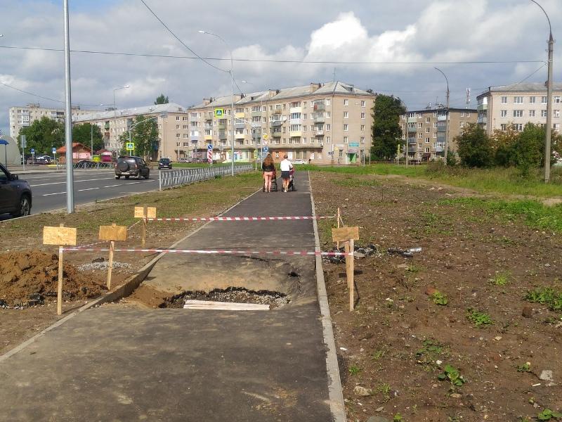 В Рыбинске на отремонтированном тротуаре провалился асфальт