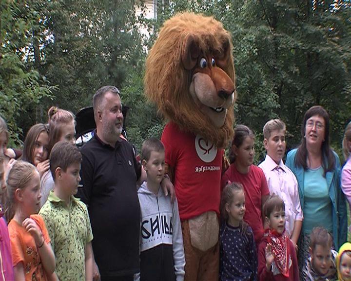 Двухметровый лев развлекал жителей поселка Кармановский