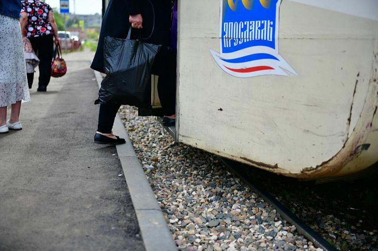 На трамвайных остановках оборудовали высокие посадочные площадки