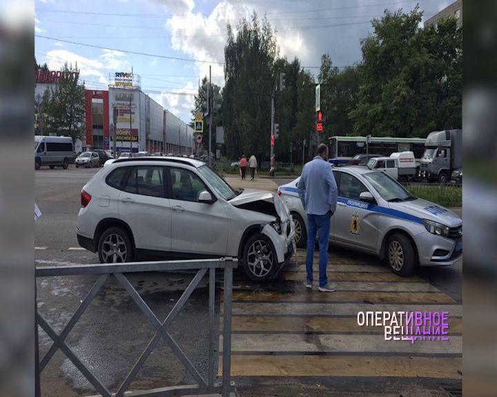 В Ярославле в Брагине на перекрестке столкнулись две иномарки