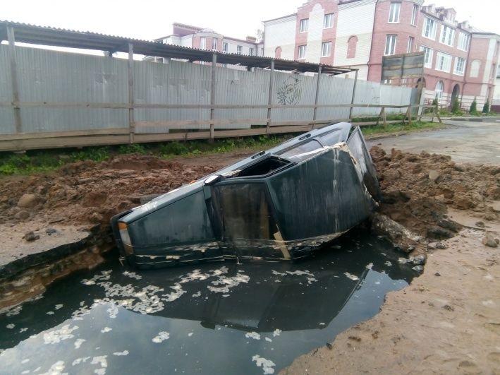 В Угличе легковушка провалилась в огромную яму