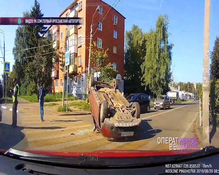 В Ярославле на проспекте Толбухина перевернулась иномарка