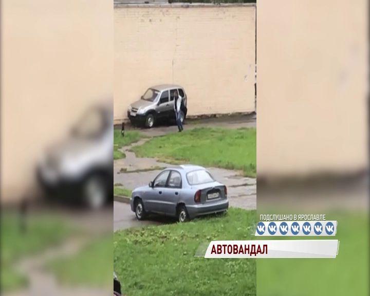 ВИДЕО: В Брагине на Труфанова орудует автовандал