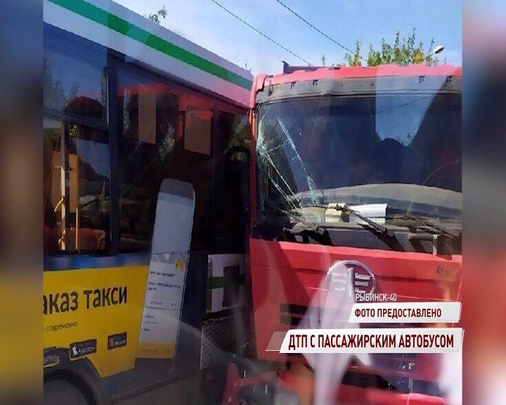 В Рыбинском районе столкнулись грузовик и пассажирский автобус