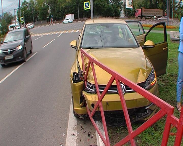 В Ярославле на проспекте Фрунзе золотой «Фольксваген» протаранил забор