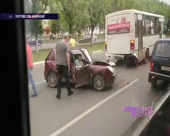 На Ленинградском проспекте столкнулись две легковушки: есть пострадавшие