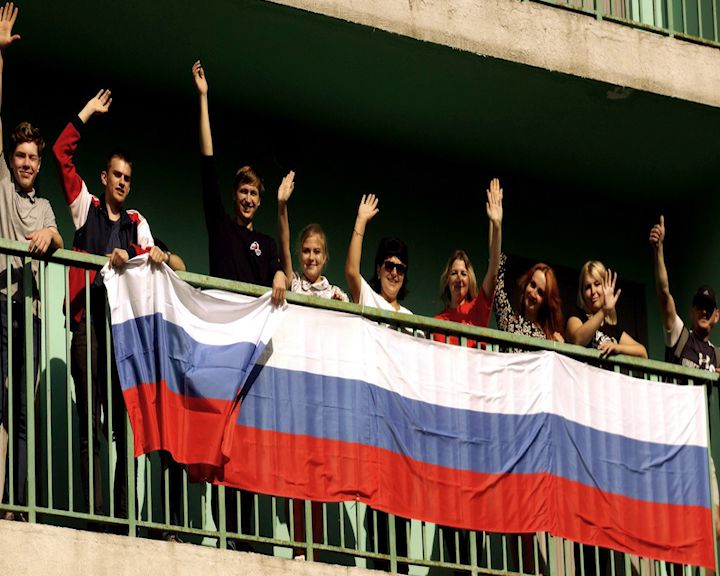 На самом высоком доме в Ярославле активисты вывесили российский триколор