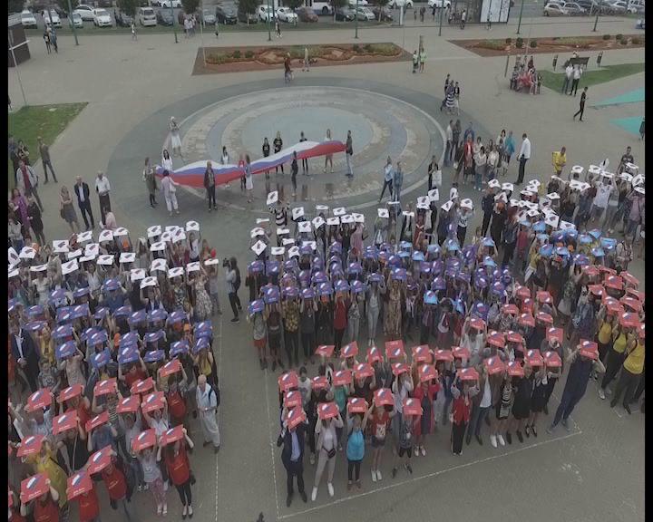 Флешмоб, викторины и концерт: в Ярославле отметили юбилей российского флага