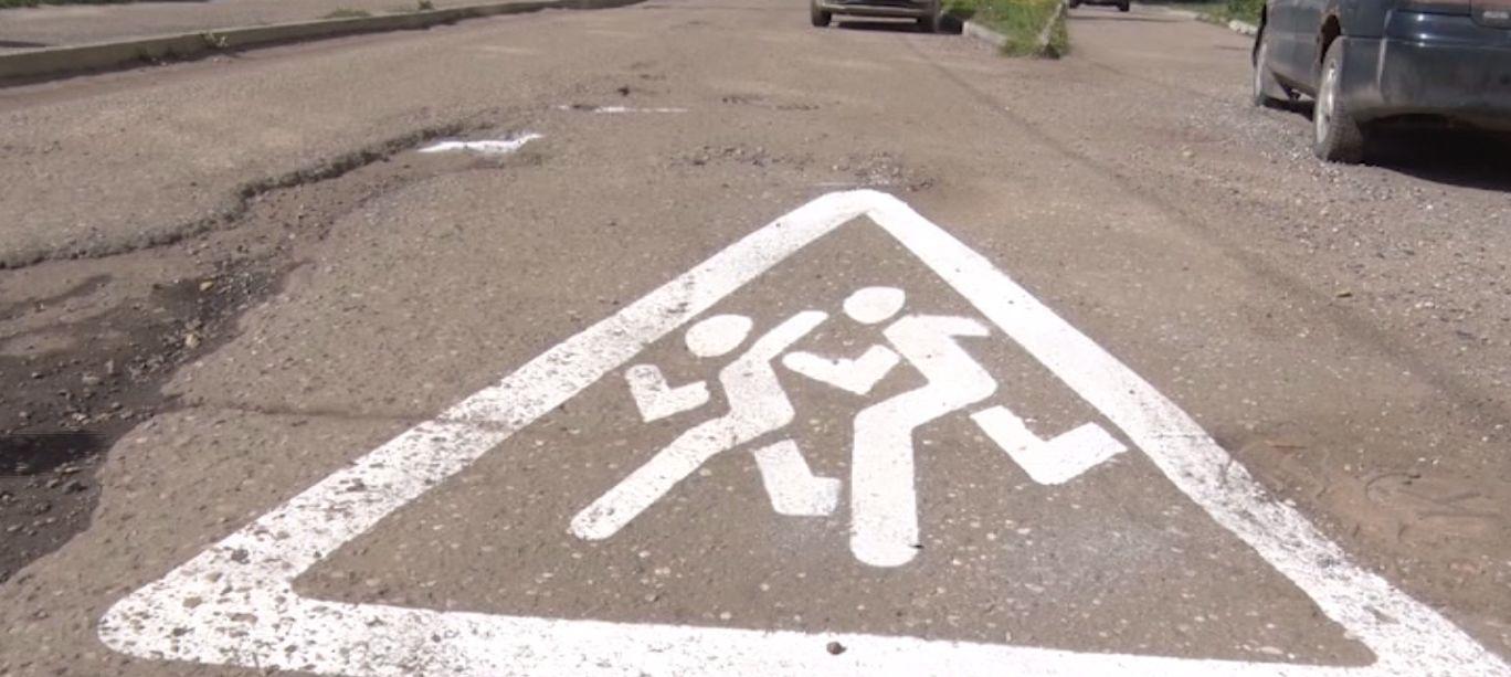Заволгой жители закрашивают ямы на дорогах белой краской
