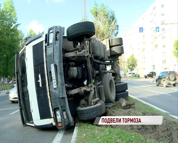 Лег отдохнуть: на Московском проспекте перевернулся тягач