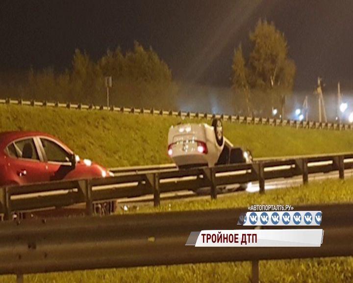 Заволгой на перекрестке сразу три машины не поделили дорогу