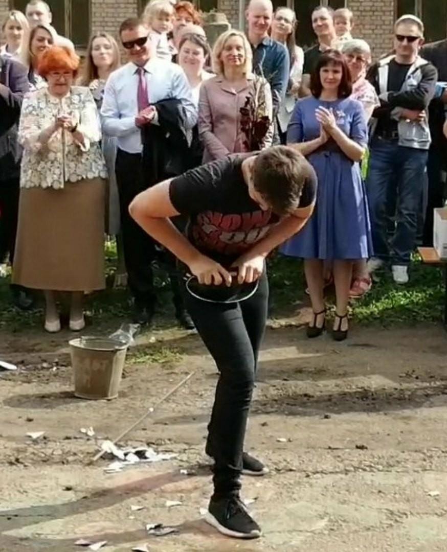 Ярославский школьник на линейке порвал грелку и свернул сковородку в трубочку