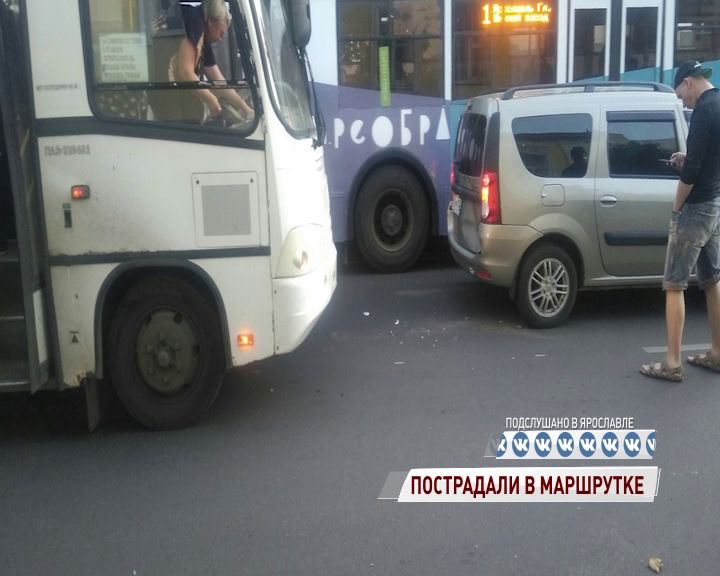 В ДТП с маршруткой на Советской улице пострадали двое