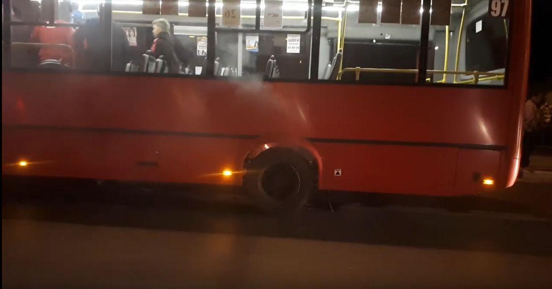 В Ярославле у маршрутки загорелось колесо. Очевидец посвятил этому событию песню