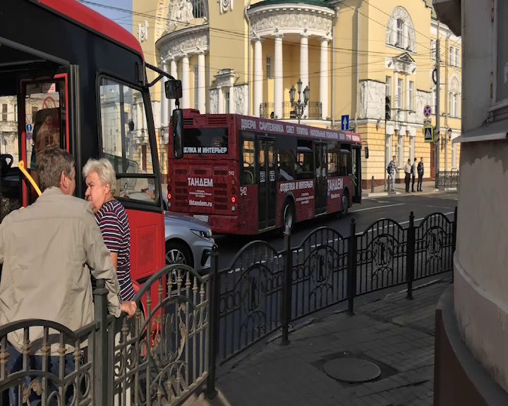 На площади Волкова дорогу не поделили маршрутка и автобус