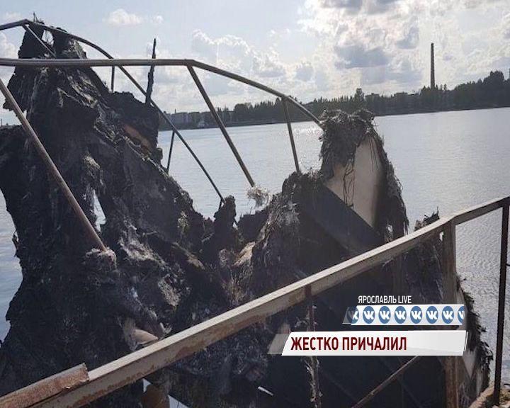 В Ярославском районе катер снес причал и загорелся
