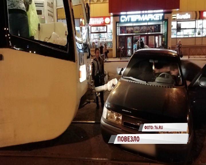 В Ярославле штанга трамвая встретилась с дверью отечественной легковушки