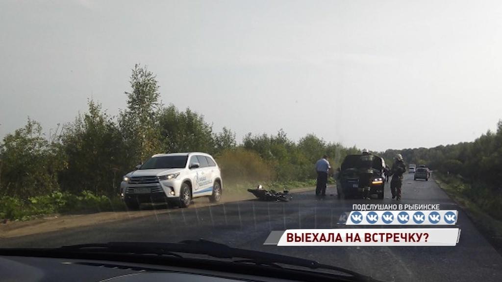 На трассе под Рыбинском столкнулись внедорожник и мотоцикл