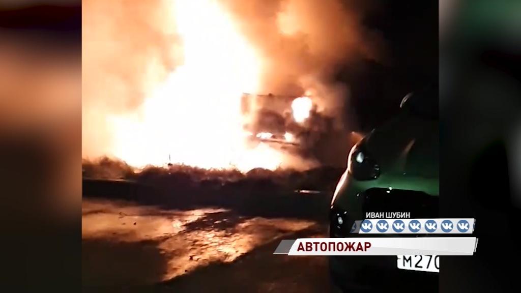 На парковке во Фрунзенском районе загорелись сразу два авто