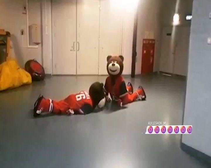 На точке выбрасывания вместо хоккеистов играли медведи-талисманы