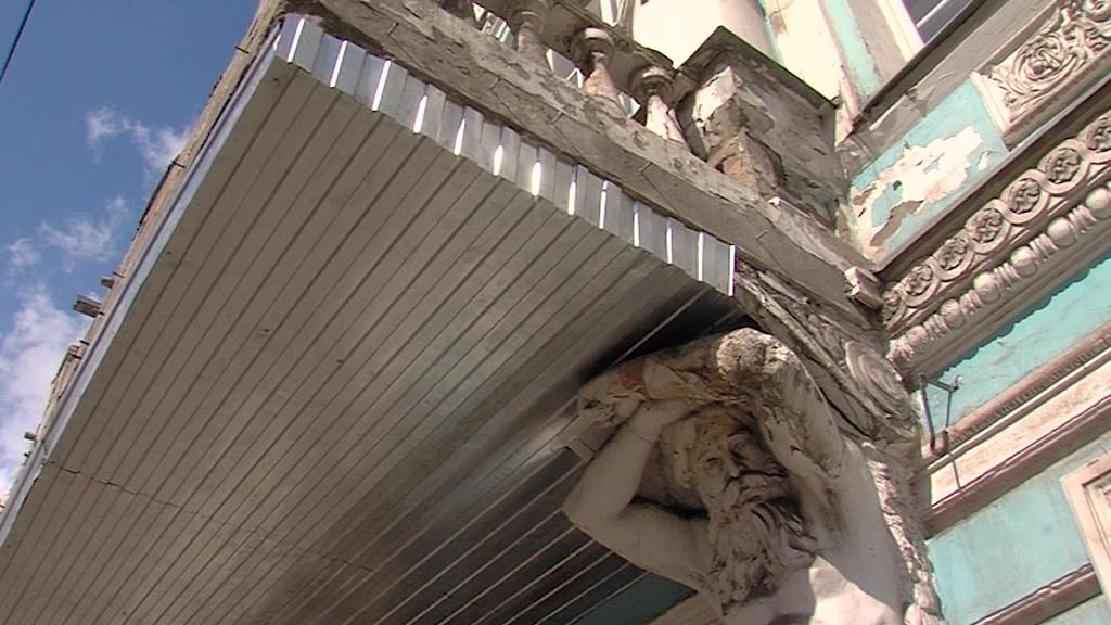 Градозащитников возмутила «реставрация» исторического здания металлическим профилем