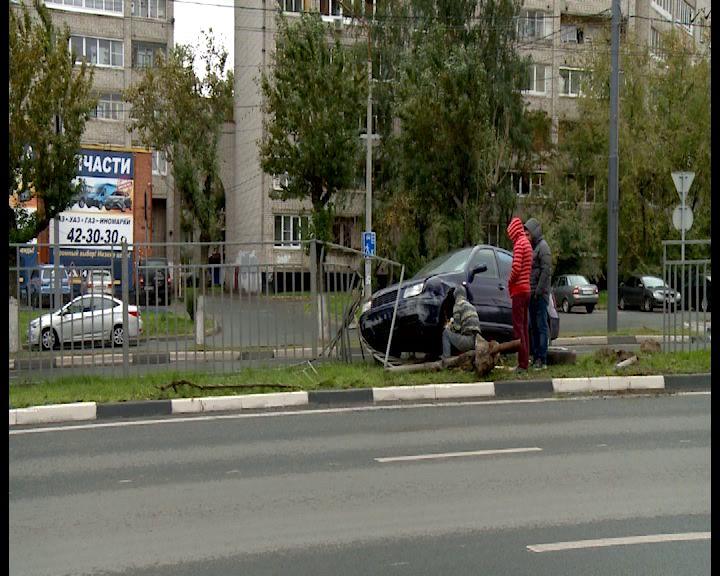 На Московском проспекте иномарка «запуталась» в заборе