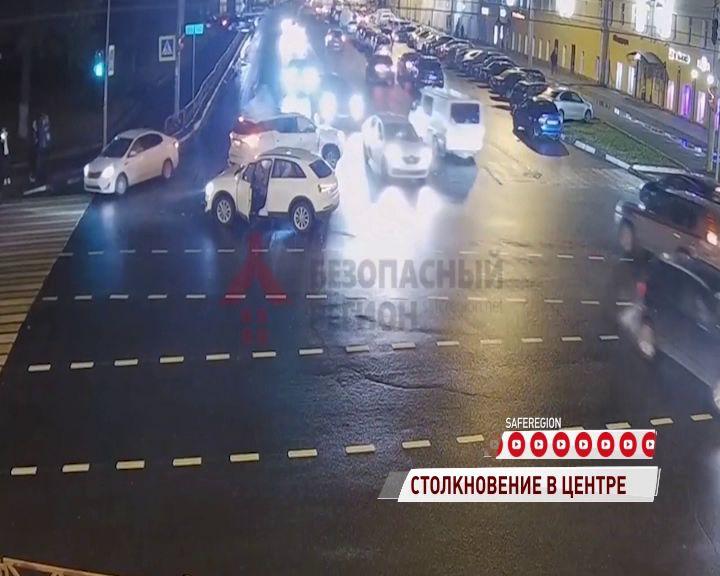 На перекрестке Свободы и Победы дорогу не поделили два белых автомобиля