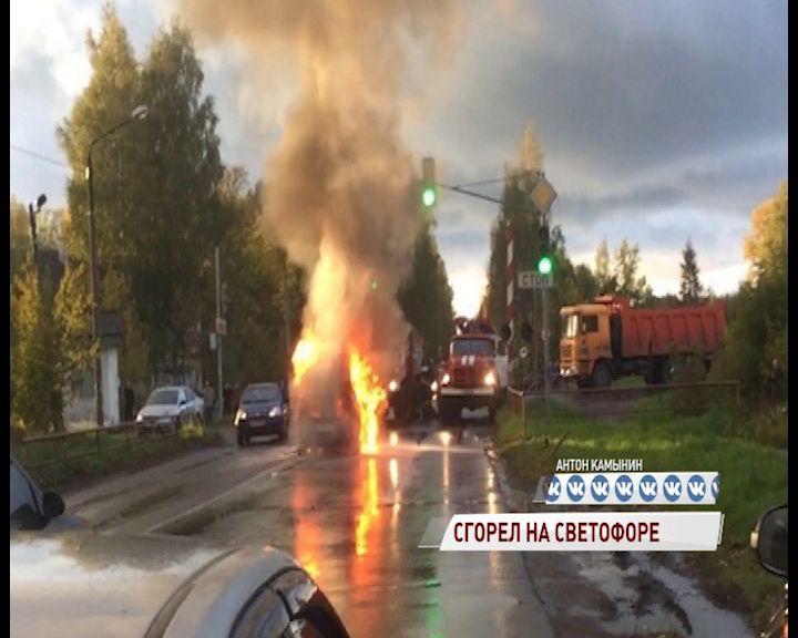 В Рыбинске на светофоре дотла выгорела иномарка