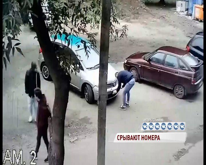 Малолетние хулиганы отрывали номера у машин в Ярославле