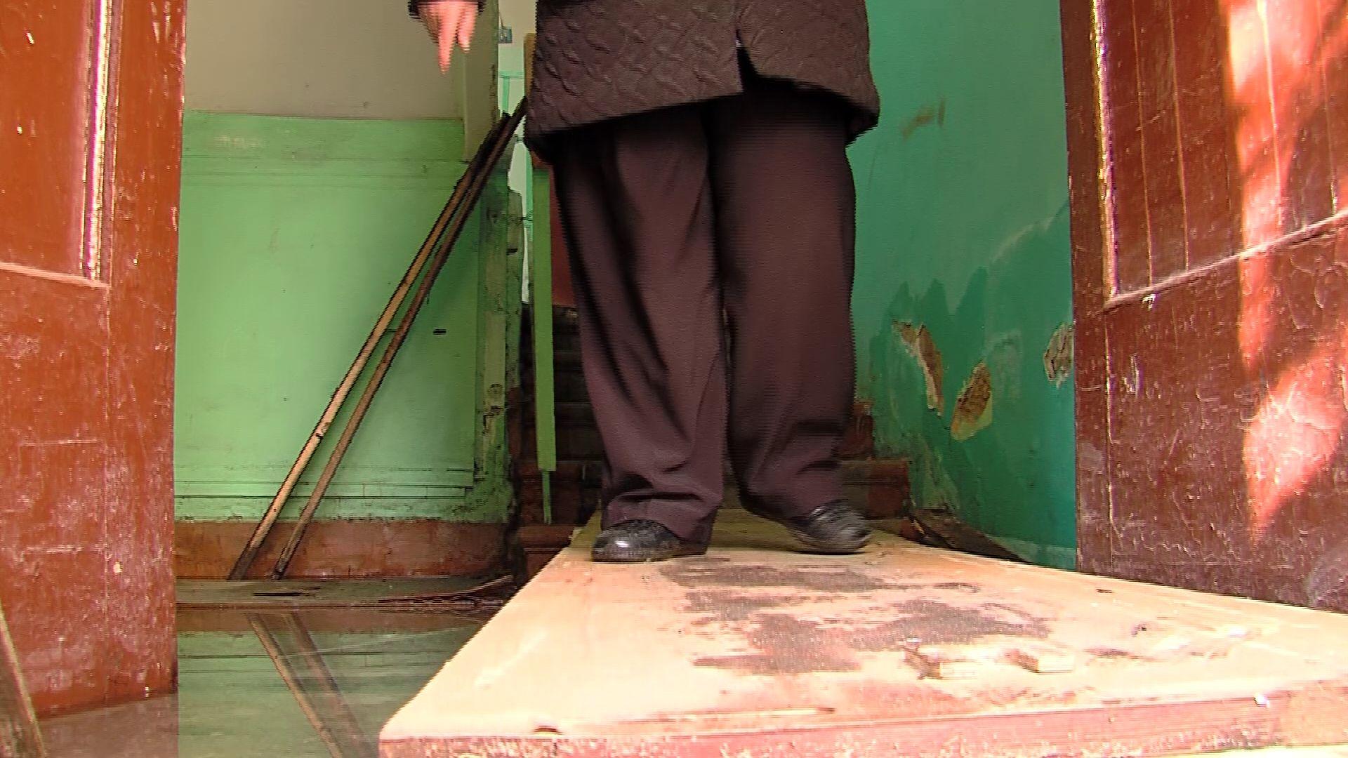 Сырость и плесень: в одном из домов на Автозаводской в подъездах и подвалах стоит вода