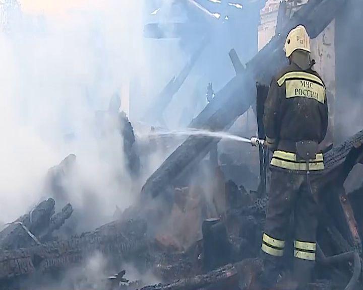 В Рыбинске дотла сгорел бревенчатый дом