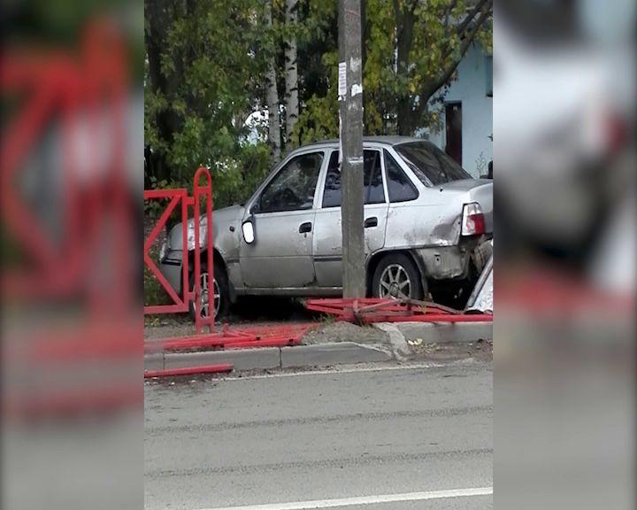 На Доронина автоледи снесла забор, избегая ДТП