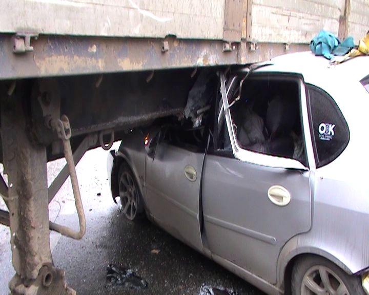 Иномарка влетела под полуприцеп грузовика в поселке Парижская коммуна