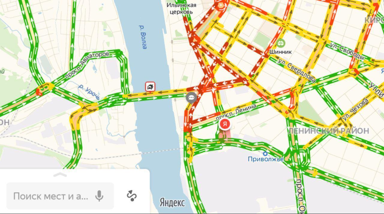 ДТП на Октябрьском мосту парализовало движение на нескольких улицах